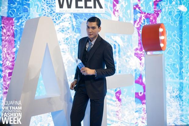 Á hậu Ngọc Thảo mang biểu cảm sắc lạnh nổi tiếng lên thảm đỏ, Khánh Linh gây sốt với mẫu khẩu trang độc lạ tại Aquafina Vietnam International Fashion Week ngày 1 - Ảnh 20.