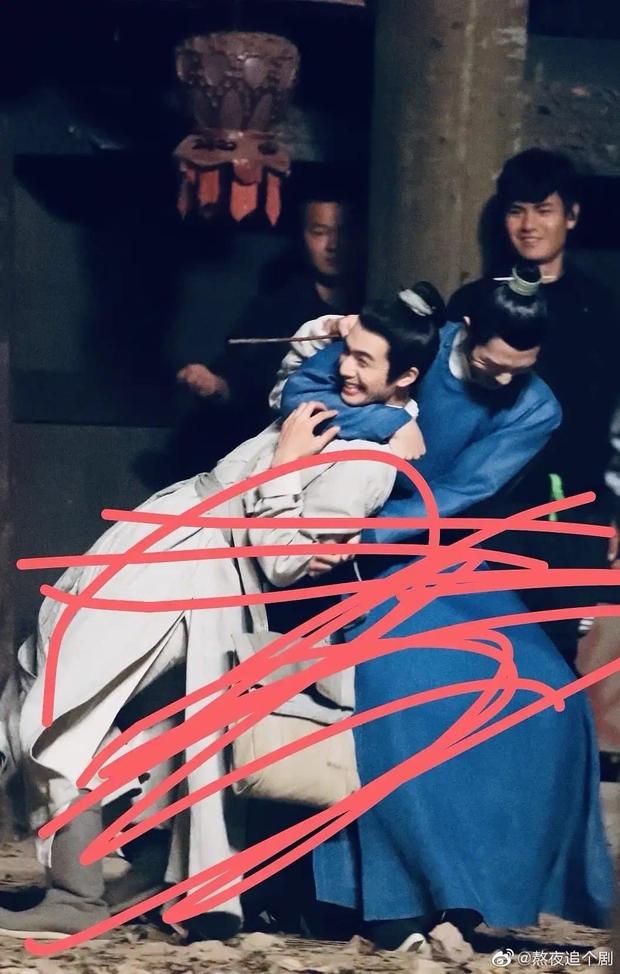 Tống Uy Long bị Tỉnh Bách Nhiên khóa cổ siêu cưng ở phim trường, giỡn vui vậy mà kêu không thân? - Ảnh 1.