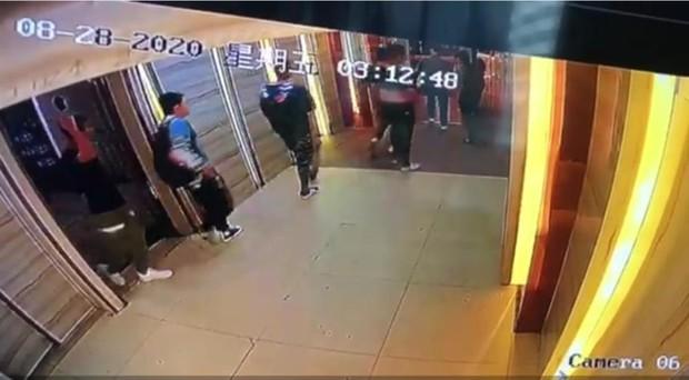 Cậu bé 13 tuổi bị 6 thanh niên say rượu cùng nhóm đánh đập dã man suốt 2 tiếng, cái chết hé lộ góc khuất phía sau đứa bé ngoan - Ảnh 3.