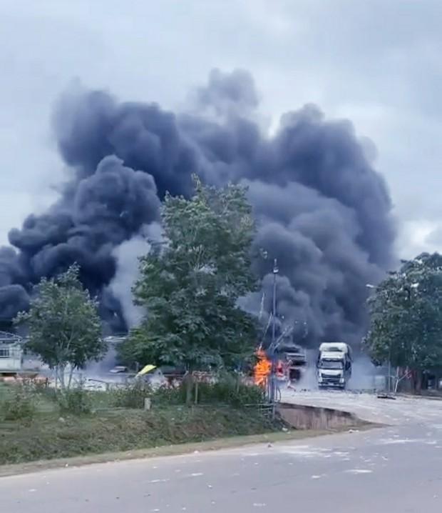 Hiện trường vụ cháy xe chở pháo khiến ít nhất 10 người thương vong - Ảnh 2.