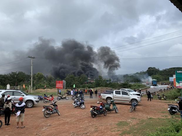 Hiện trường vụ cháy xe chở pháo khiến ít nhất 10 người thương vong - Ảnh 3.