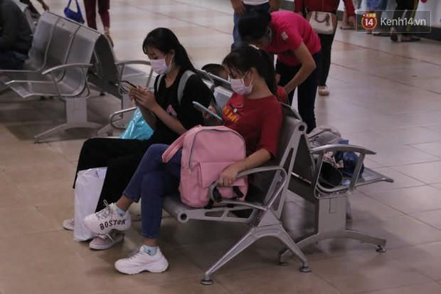 Sinh viên TP.HCM khẩu trang kín mít, lỉnh kỉnh hành lý về quê vì nghỉ học - Ảnh 1.