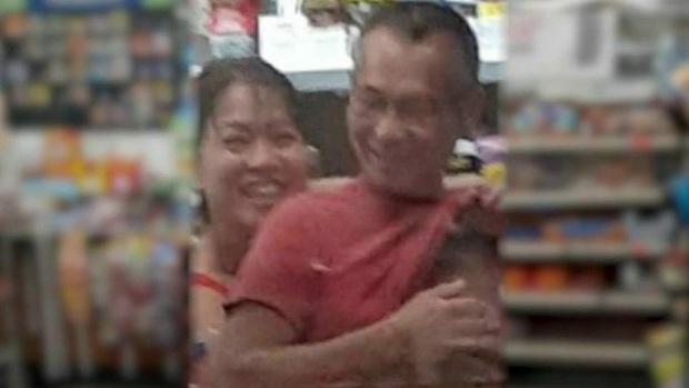 Người Mỹ tổ chức tưởng niệm bà chủ tiệm nail gốc Việt thiệt mạng sau vụ tấn công bằng súng, cầu nguyện cho người chồng đang nguy kịch - Ảnh 2.