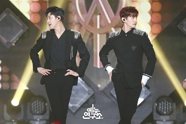 Style kì lạ của 2 vị thần phương Đông TVXQ: Ở Hàn luôn bảnh choẹ, sang Nhật thành siêu sến nhưng lại được khen thế mới chuyên nghiệp - Ảnh 1.