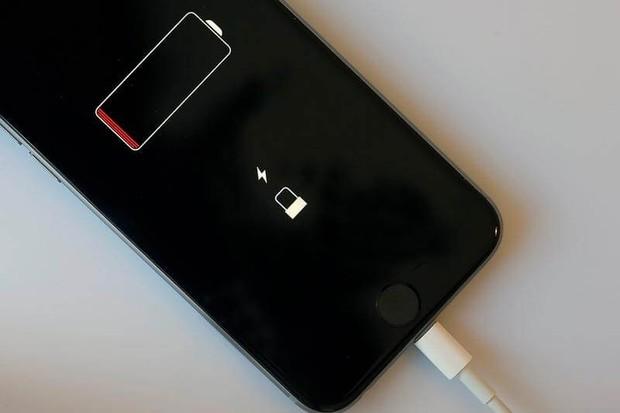 iPhone 12 nướng pin dữ dội ngay cả khi không bật mạng, cộng đồng iFan hoang mang - Ảnh 1.