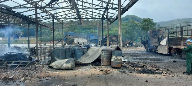 Hiện trường vụ cháy xe chở pháo khiến ít nhất 10 người thương vong - Ảnh 4.