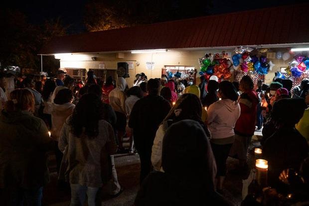 Người Mỹ tổ chức tưởng niệm bà chủ tiệm nail gốc Việt thiệt mạng sau vụ tấn công bằng súng, cầu nguyện cho người chồng đang nguy kịch - Ảnh 3.