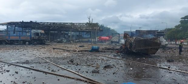 Hiện trường vụ cháy xe chở pháo khiến ít nhất 10 người thương vong - Ảnh 5.