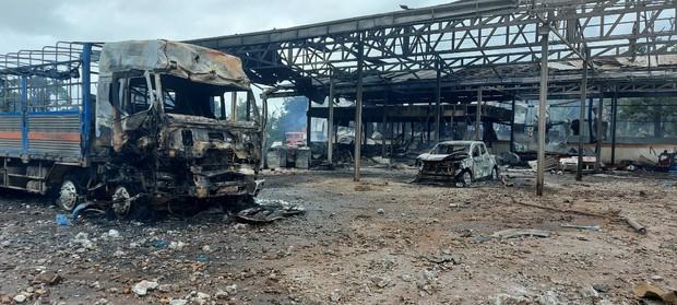 Hiện trường vụ cháy xe chở pháo khiến ít nhất 10 người thương vong - Ảnh 6.