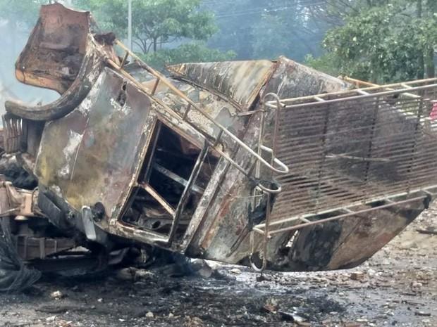 Hiện trường vụ cháy xe chở pháo khiến ít nhất 10 người thương vong - Ảnh 7.