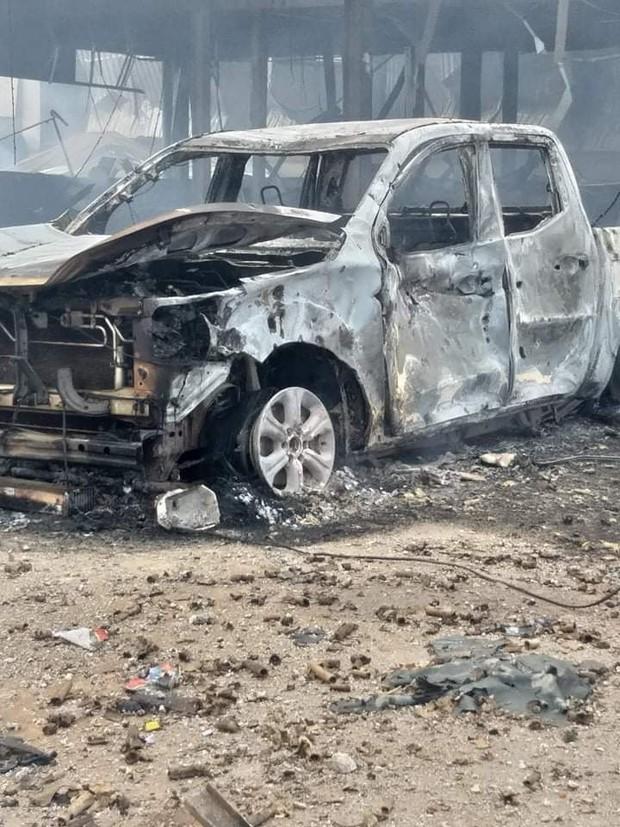 Hiện trường vụ cháy xe chở pháo khiến ít nhất 10 người thương vong - Ảnh 8.