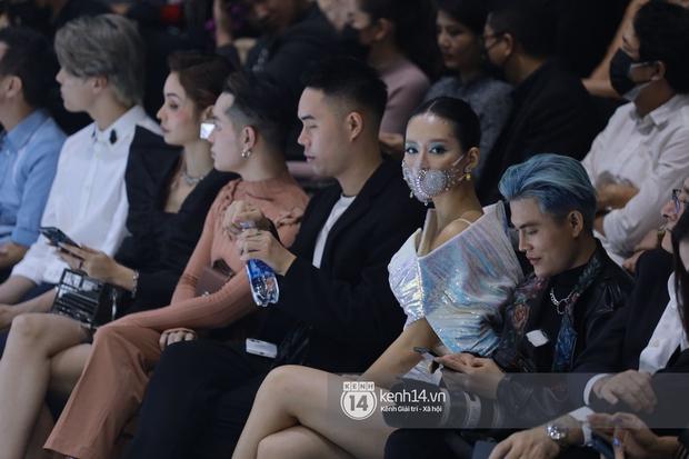 Đi fashion show mùa dịch phải chất đét như Khánh Linh: Ai bảo đeo khẩu trang là không thể mặc đẹp? - Ảnh 3.