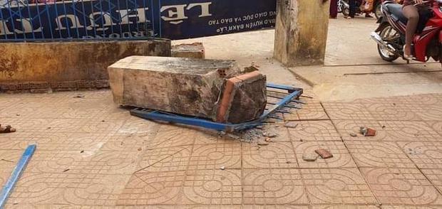 Thương tâm: Cổng trường đổ sập đè chết một học sinh lớp 4 - Ảnh 1.