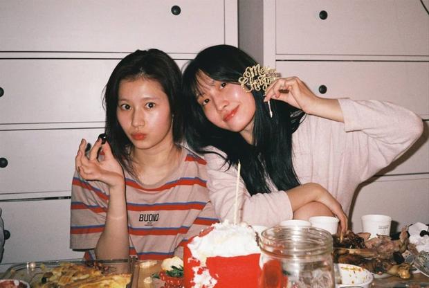 """""""Hết hồn"""" mặt mộc của nữ thần Sana (TWICE) và bạn gái Heechul: 1 """"bộ phận"""" mất dạng, làm giảm đi 70% độ xinh - Ảnh 2."""