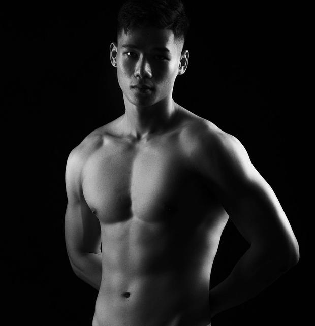 Trai đẹp màu tím của Người Ấy Là Ai gây sốc khi đăng hình khỏa thân để lộ vòng 3 100% - Ảnh 2.