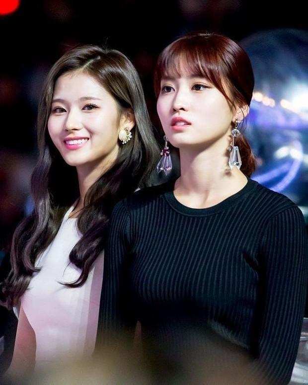 """""""Hết hồn"""" mặt mộc của nữ thần Sana (TWICE) và bạn gái Heechul: 1 """"bộ phận"""" mất dạng, làm giảm đi 70% độ xinh - Ảnh 3."""