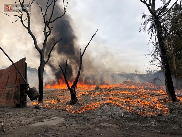 Hà Nội: Cháy lớn bãi rác rộng hơn 1.000m2 dưới chân cầu Thanh Trì, khói đen bao trùm cả bầu trời - Ảnh 4.