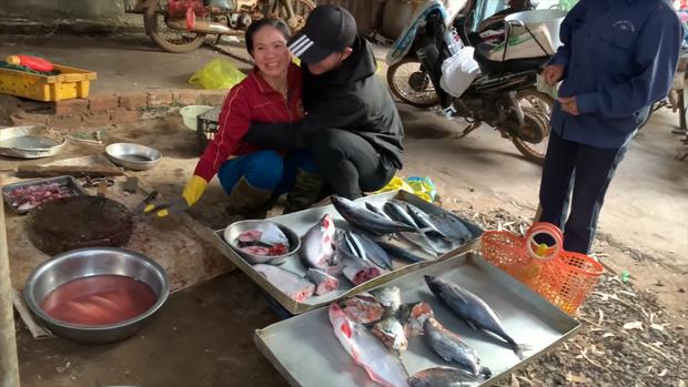 Con đi Nhật 3 năm bất ngờ về nước, gặp bố bị mắng không trượt phát nào nhưng xúc động nhất là phản ứng của người mẹ bán cá - Ảnh 2.