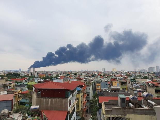 Hà Nội: Cháy lớn bãi rác rộng hơn 1.000m2 dưới chân cầu Thanh Trì, khói đen bao trùm cả bầu trời - Ảnh 1.