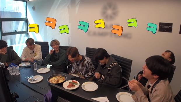 Hai thành viên BTS nấu ăn theo hướng dẫn của em út vàng nhưng lại làm món ăn suýt toang vì sự cố lệch sóng - Ảnh 13.