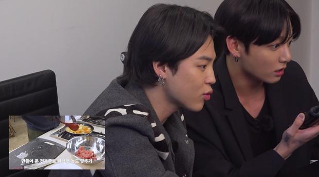 Hai thành viên BTS nấu ăn theo hướng dẫn của em út vàng nhưng lại làm món ăn suýt toang vì sự cố lệch sóng - Ảnh 6.