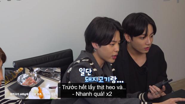 Hai thành viên BTS nấu ăn theo hướng dẫn của em út vàng nhưng lại làm món ăn suýt toang vì sự cố lệch sóng - Ảnh 4.
