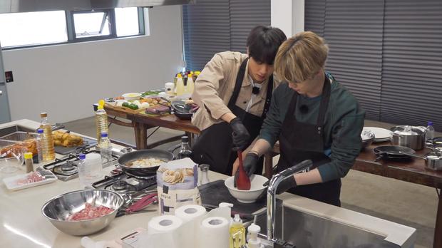Hai thành viên BTS nấu ăn theo hướng dẫn của em út vàng nhưng lại làm món ăn suýt toang vì sự cố lệch sóng - Ảnh 8.