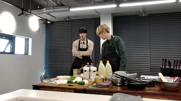 Hai thành viên BTS nấu ăn theo hướng dẫn của em út vàng nhưng lại làm món ăn suýt toang vì sự cố lệch sóng - Ảnh 2.
