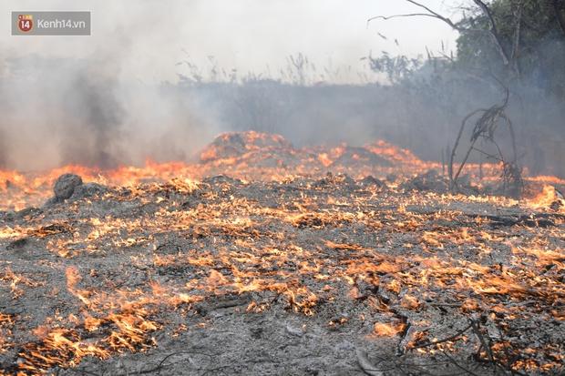 Hà Nội: Cháy lớn bãi rác rộng hơn 1.000m2 dưới chân cầu Thanh Trì, khói đen bao trùm cả bầu trời - Ảnh 5.