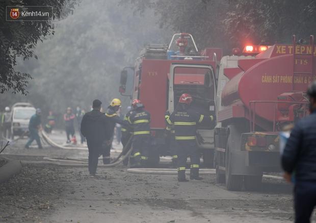 Hà Nội: Cháy lớn bãi rác rộng hơn 1.000m2 dưới chân cầu Thanh Trì, khói đen bao trùm cả bầu trời - Ảnh 2.