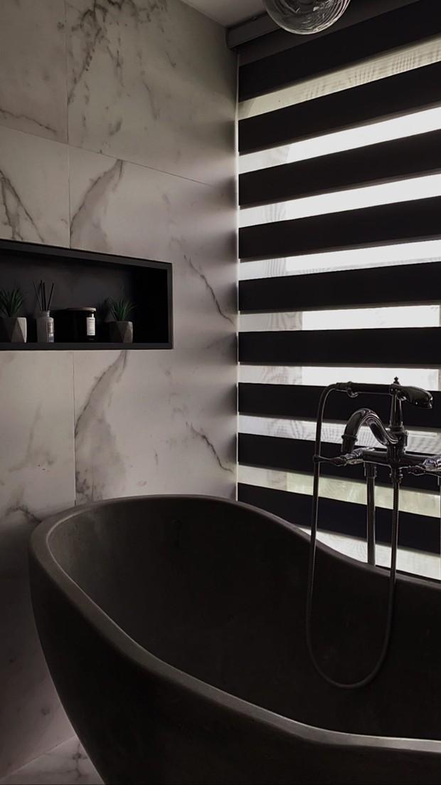 Nhà đẹp không góc chết của Á hậu Tú Anh: Cửa chính để sống ảo, nội thất nhiều màu đen, đến bồn tắm cũng sang chảnh bậc nhất - Ảnh 6.