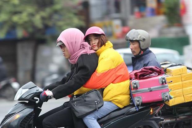 Thời tiết ngày cuối cùng của năm 2020: Mẫu Sơn 1,1 độ, Hà Nội rét buốt 6-9 độ, người dân đón Giao thừa trong giá lạnh - Ảnh 1.