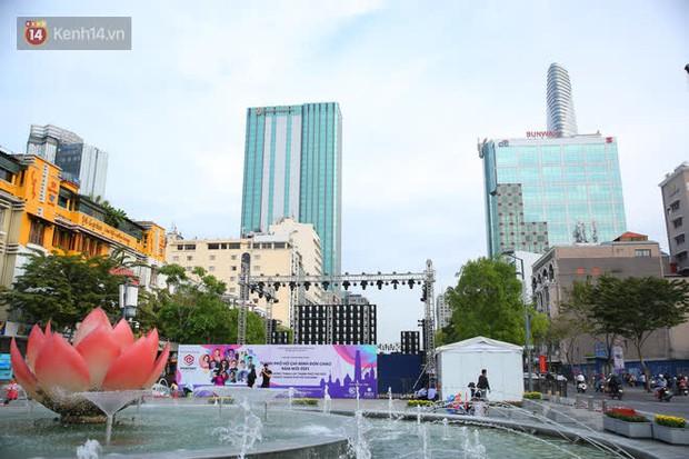 Phố đi bộ Nguyễn Huệ trước giờ Countdown 2021: Vẫn đang gấp rút chuẩn bị cho sân khấu, nhiều người đã đến xí chỗ đẹp - Ảnh 1.