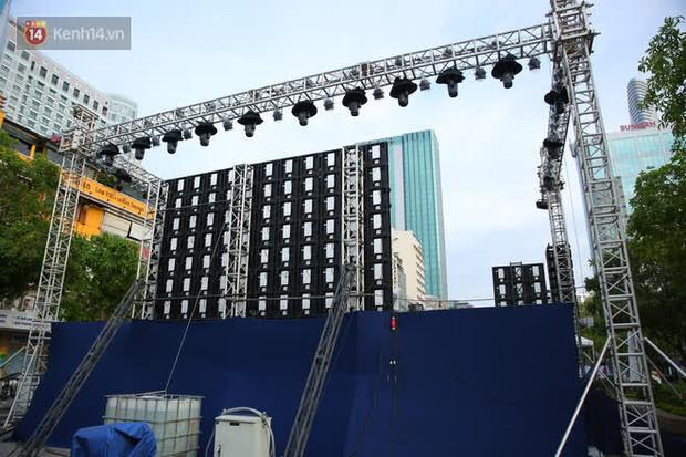 Phố đi bộ Nguyễn Huệ trước giờ Countdown 2021: Vẫn đang gấp rút chuẩn bị cho sân khấu, nhiều người đã đến xí chỗ đẹp - Ảnh 2.