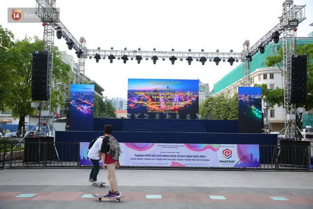 Phố đi bộ Nguyễn Huệ trước giờ Countdown 2021: Vẫn đang gấp rút chuẩn bị cho sân khấu, nhiều người đã đến xí chỗ đẹp - Ảnh 3.