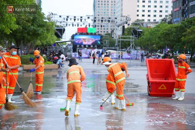 Phố đi bộ Nguyễn Huệ trước giờ Countdown 2021: Vẫn đang gấp rút chuẩn bị cho sân khấu, nhiều người đã đến xí chỗ đẹp - Ảnh 5.