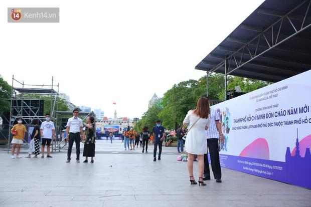 Phố đi bộ Nguyễn Huệ trước giờ Countdown 2021: Vẫn đang gấp rút chuẩn bị cho sân khấu, nhiều người đã đến xí chỗ đẹp - Ảnh 6.