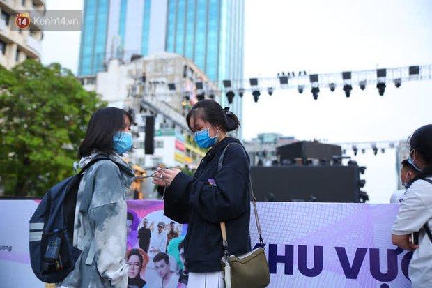 Phố đi bộ Nguyễn Huệ trước giờ Countdown 2021: Vẫn đang gấp rút chuẩn bị cho sân khấu, nhiều người đã đến xí chỗ đẹp - Ảnh 7.