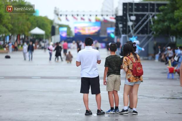 Phố đi bộ Nguyễn Huệ trước giờ Countdown 2021: Vẫn đang gấp rút chuẩn bị cho sân khấu, nhiều người đã đến xí chỗ đẹp - Ảnh 8.