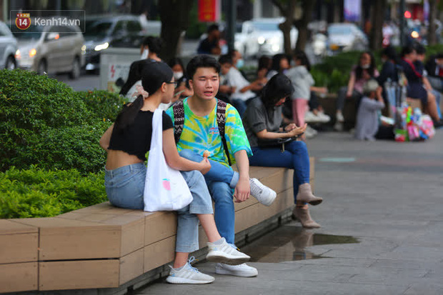 Phố đi bộ Nguyễn Huệ trước giờ Countdown 2021: Vẫn đang gấp rút chuẩn bị cho sân khấu, nhiều người đã đến xí chỗ đẹp - Ảnh 9.