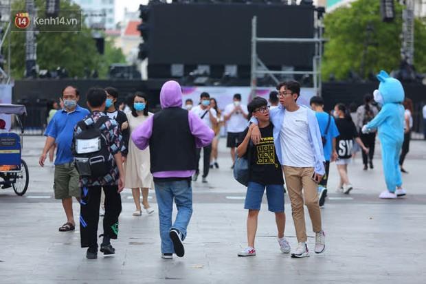 Phố đi bộ Nguyễn Huệ trước giờ Countdown 2021: Vẫn đang gấp rút chuẩn bị cho sân khấu, nhiều người đã đến xí chỗ đẹp - Ảnh 15.