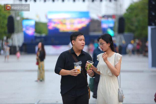 Phố đi bộ Nguyễn Huệ trước giờ Countdown 2021: Vẫn đang gấp rút chuẩn bị cho sân khấu, nhiều người đã đến xí chỗ đẹp - Ảnh 16.