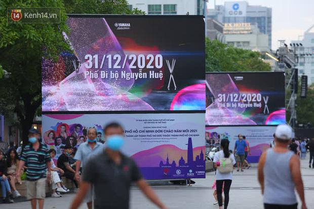 Phố đi bộ Nguyễn Huệ trước giờ Countdown 2021: Vẫn đang gấp rút chuẩn bị cho sân khấu, nhiều người đã đến xí chỗ đẹp - Ảnh 17.