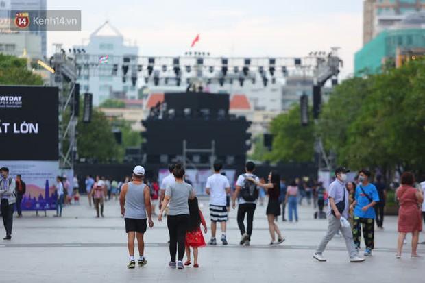 Phố đi bộ Nguyễn Huệ trước giờ Countdown 2021: Vẫn đang gấp rút chuẩn bị cho sân khấu, nhiều người đã đến xí chỗ đẹp - Ảnh 18.
