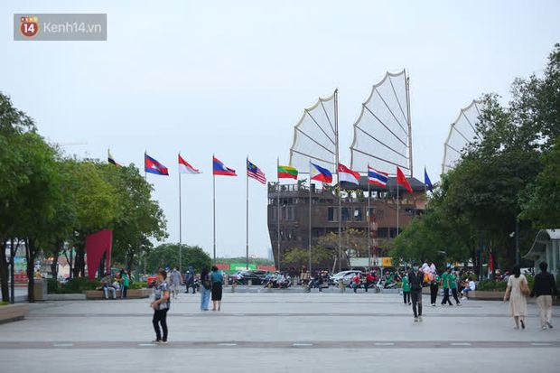 Phố đi bộ Nguyễn Huệ trước giờ Countdown 2021: Vẫn đang gấp rút chuẩn bị cho sân khấu, nhiều người đã đến xí chỗ đẹp - Ảnh 19.
