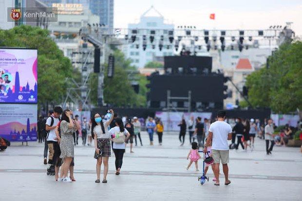Phố đi bộ Nguyễn Huệ trước giờ Countdown 2021: Vẫn đang gấp rút chuẩn bị cho sân khấu, nhiều người đã đến xí chỗ đẹp - Ảnh 20.