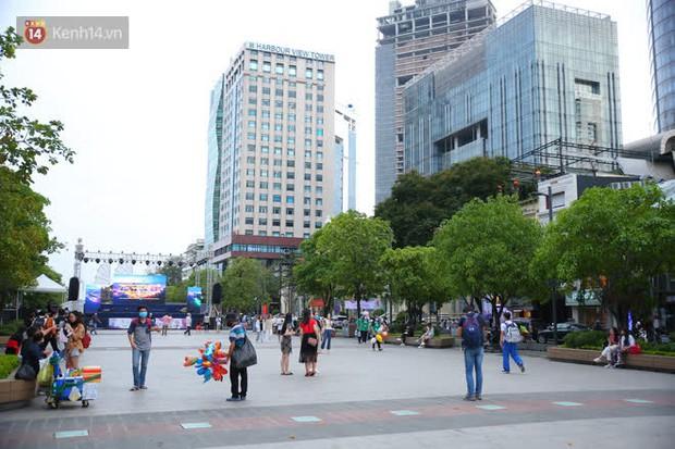 Phố đi bộ Nguyễn Huệ trước giờ Countdown 2021: Vẫn đang gấp rút chuẩn bị cho sân khấu, nhiều người đã đến xí chỗ đẹp - Ảnh 21.