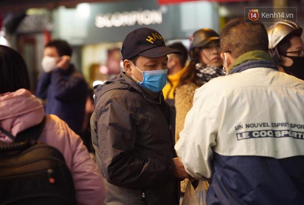 Hà Nội: Thắt chặt việc đeo khẩu trang vào phố đi bộ, nhiều người tranh thủ được dịp mua may bán đắt trước giao thừa - Ảnh 5.