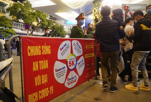 Hà Nội: Thắt chặt việc đeo khẩu trang vào phố đi bộ, nhiều người tranh thủ được dịp mua may bán đắt trước giao thừa - Ảnh 2.