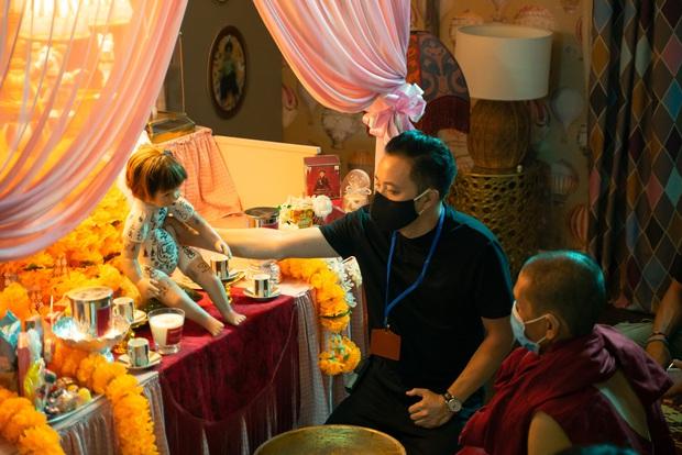 Victor Vũ tái xuất giang hồ với vũ trụ bùa ngải đầu tiên của Việt Nam, quyết giấu nhẹm mỹ nhân thứ tư ở Thiên Thần Hộ Mệnh - Ảnh 7.